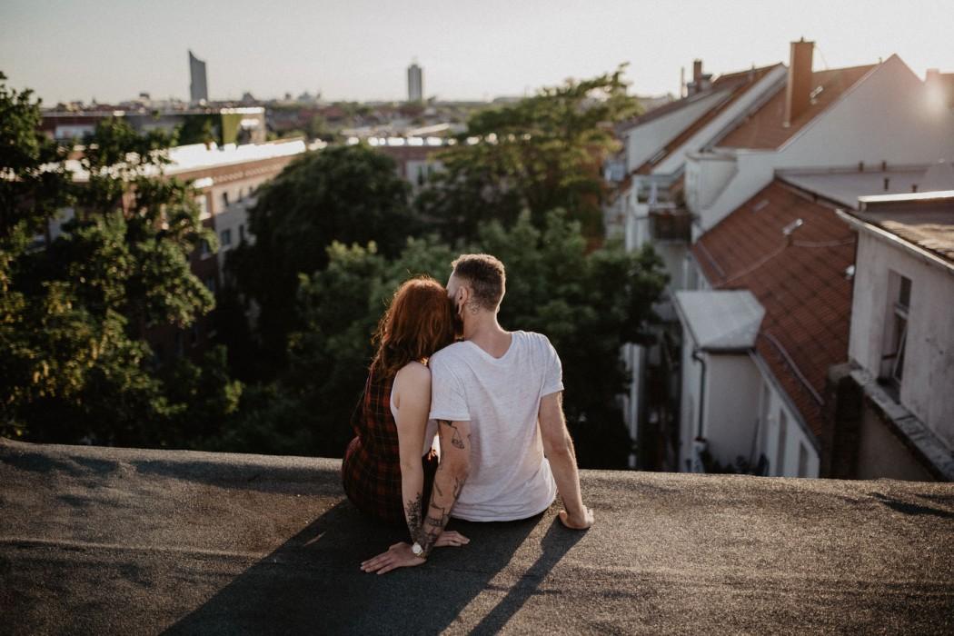 Pärchenfotos auf einem Dach in Leipzig mit Fotograf Take a Pic[k], Jena. Rooftop Shooting with a Couple.